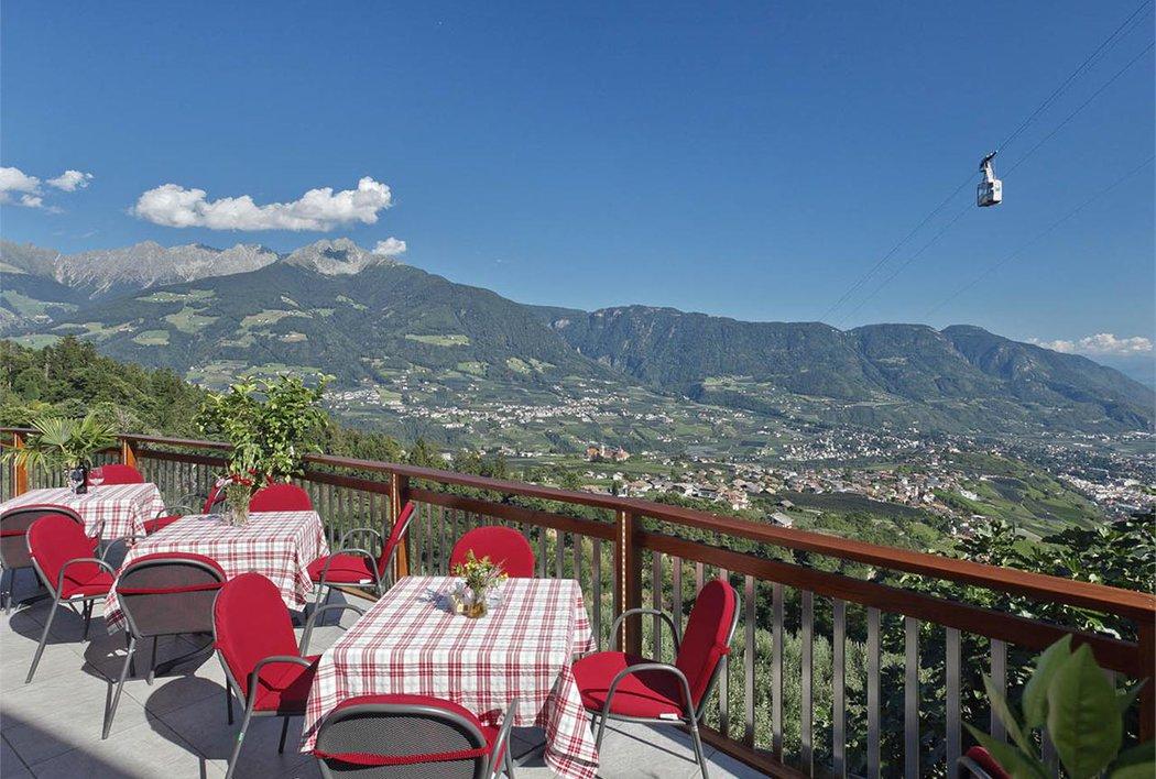 Terrasse des Café Innerfarmerhof, Blick nach Schenna und zum Ifinger