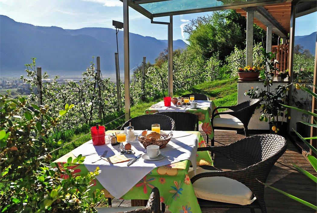 Frühstück auf der Terrasse im Panorama Hotel Garni Bühlerhof in Lana - Südtirol