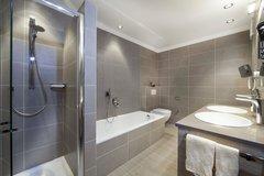 Bad mit Wanne, Dusche und Doppelwaschbecken